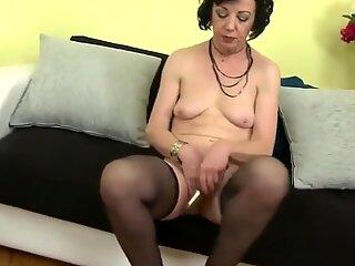Ungezogen Hausfrau Zelma füttert ihre alte Fotze