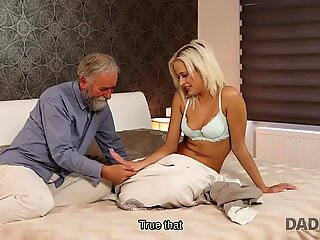Daddy4k. تجربة الجنس القديمة والشبابية هي هدية عيد ميلاد لشقق