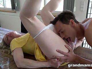 SLEAZY OMA fickt Jungfrau Reinigung Junge