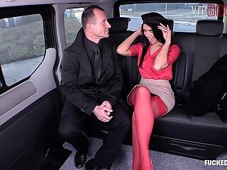 VIPSEXVAULT - Hete Babe Kira Queen Cums Hard Rijdend Tsjechische Lul in een taxi