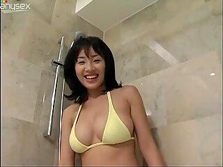 Pervers und sexy Schwarzhaarige asiatisch Megumi Kagurazaka nimmt ein Bad