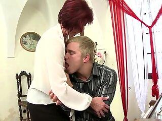 Tardona Madre succhia e scopa il suo giovane allievo Ragazzo