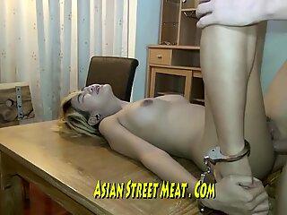 Lange benen thaise schatje gevangen in roestend hotel