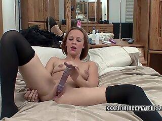 Rossa slut Penelope Cielo usa i giocattoli per farsi sperma