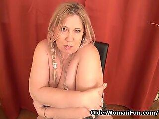 Euro BBW Dita arbeitet ihre Muschi mit den Fingern und Dildo