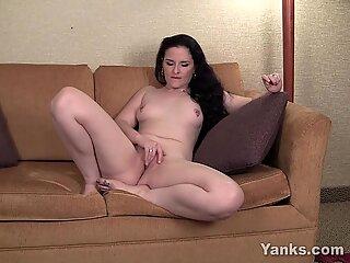 Piercing brunetki milfy caroline masturbacja