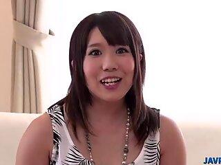 Yuri verlaat manlief om in haar vagina te glijden