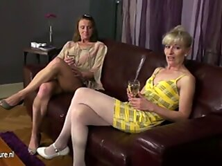 Drei Reif Lesben Party auf der Couch