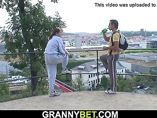 Jüngerer Kerl heilt sehr alte Vollbusige Großmutter
