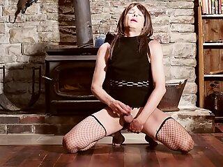 Trans mietje crossdresser sensueel lul strelend terwijl ze een dildo in haar kont zuigt en sexy kreunend